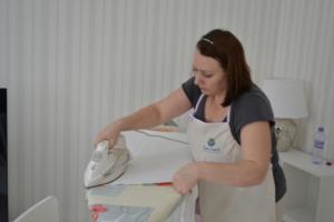 Сотрудник гладит бельё