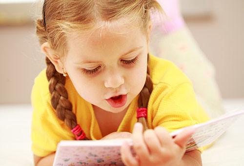 Учится читать
